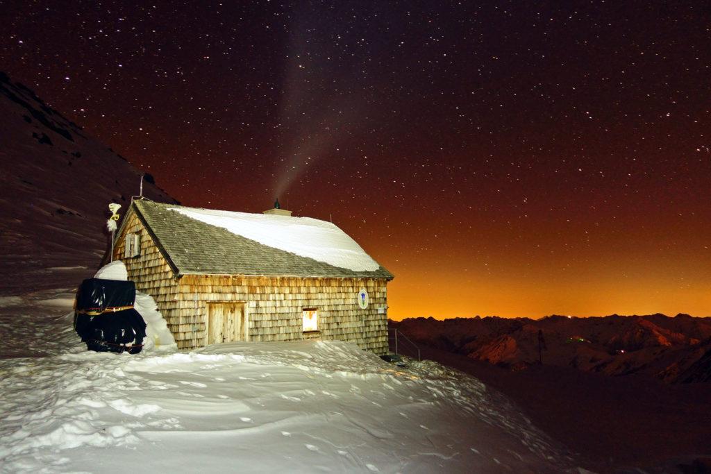 Nočný pohľad na chatu